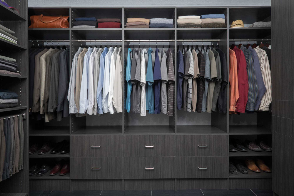 Licorice-FlatPanel-WalkIn-ShirtWall